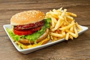 9924570-hamburger-mit-kartoffeln-auf-holzernen-hintergrund